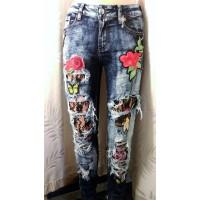 Plėšyti ir siuvinėti džinsai